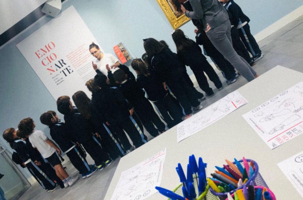 Alumnos participando de la exposición